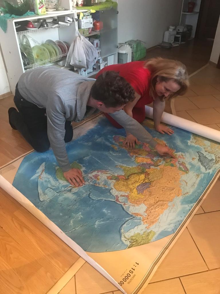 Kaart op keukenvloer